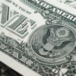 Dolar vystoupil na tříměsíční maximum vůči koši měn