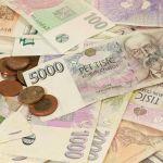 Koruna dnes mírně posílila k euru a výrazněji vůči dolaru