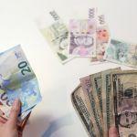 Koruna dnes posílila vůči euru i dolaru